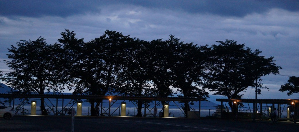 夕暮れの駐輪場